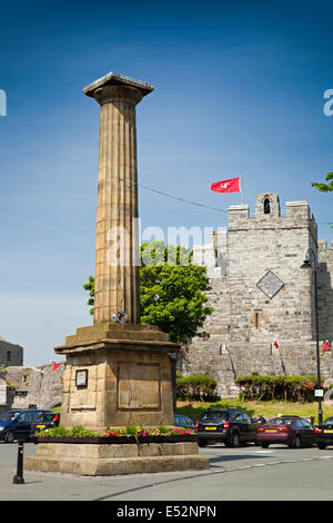 Isle of Man, Castletown, Col Cornelius Smelt memorial column in front of Castle Rushen - Stock Photo