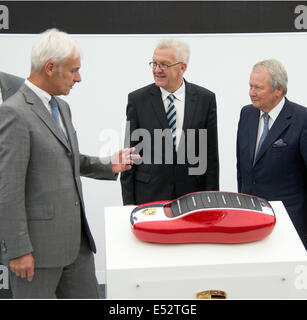 Weissach, Germany. 18th July, 2014. Chairman of the Porsche AG, Matthias Mueller (L-R), governor of Baden-Wuerttemberg - Stock Photo