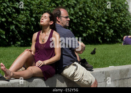 London, UK. 18th July, 2014. Londoners swelter in a heatwave  on Hot day in the capita Credit:  amer ghazzal/Alamy - Stock Photo