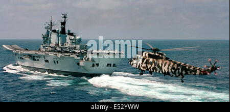 OMAN. BRITISH ROYAL NAVY AIRCRAFT CARRIER HMS ILLUSTRIOUS STEAMS AT SPEED IN THE GULF OF OMAN. PHOTO:JONATHAN EASTLAND/AJAX Stock Photo