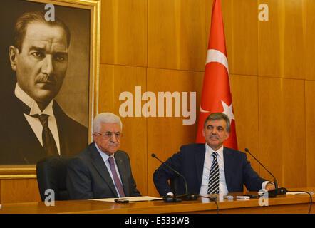 Ankara, Turkey. 18th July, 2014. Turkish President Abdullah Gul (R) meets with visting Palestinian President Mahmoud - Stock Photo