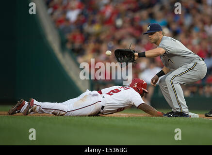 Washington, DC, USA. 18th July, 2014. Washington Nationals center fielder Denard Span (2) dives safely back to first - Stock Photo