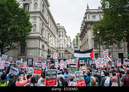 London, UK. 19th July, 2014. Thousands of pro-Palestinian protesters gather outside No.10 Downing Street in London. - Stock Photo