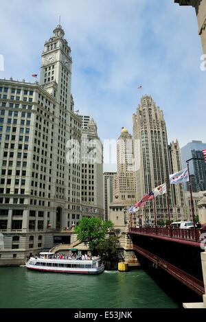 Architectural tour guide boat cruising the Chicago River. - Stock Photo