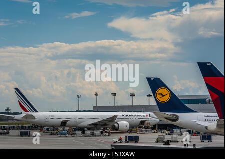 International passenger airliners at Hartsfield-Jackson Atlanta International Airport, the world's busiest airport. - Stock Photo