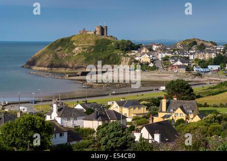 Cricieth bay and castle. North Wales. Gwynedd. - Stock Photo