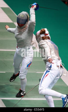 Kazan, Russia. 21st July, 2014. France's Brunet Manon (R) and Russia's Yana Egorian (Yegoryan) compete in their - Stock Photo