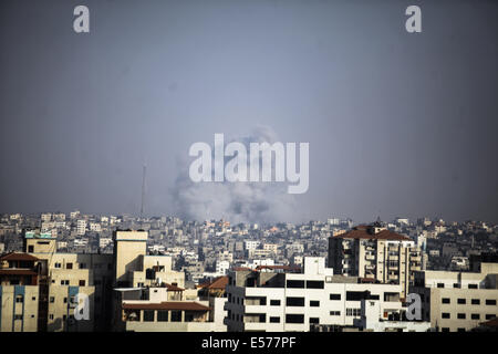 Gaza Strip, Palestinian Territories. 22nd July, 2014. Smoke rising from the Shijaiyah neighborhood after the Israeli - Stock Photo