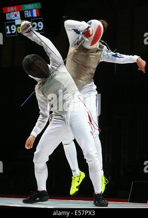 Kazan, Russia. 21st July, 2014. South Korea's Jeon Hee-sook (L) and France's Ysaora Thibus in the women's team foil - Stock Photo
