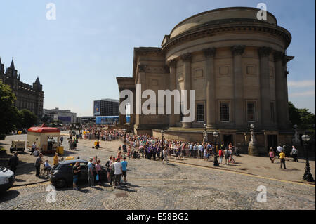 Liverpool, UK. 23rd July 2014. Hugh crowds queue outside to visit St George's Hall to see the Grandmother Giant, - Stock Photo