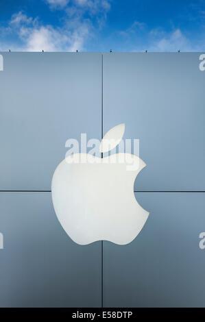 Exterior of an Apple Store with logo, Ardmore, Pennsylvania, USA - Stock Photo