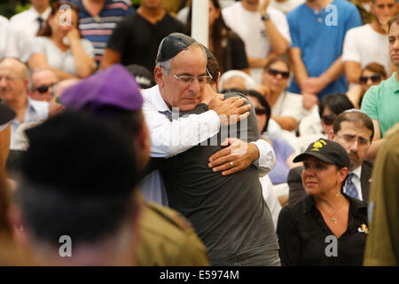 Gaza border. 23rd July, 2014. Relatives and friends mourn during the funeral of Max Steinberg, a Golani brigade - Stock Photo
