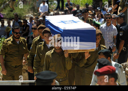 Gaza border. 23rd July, 2014. Israeli soldiers carry the coffin of Max Steinberg, a Golani brigade sharpshooter - Stock Photo