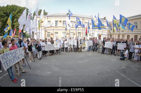 Kiev, Ukraine. 24th July, 2014. JULY 24: Nationalistic party activists picket the Kiev county administrative court - Stock Photo