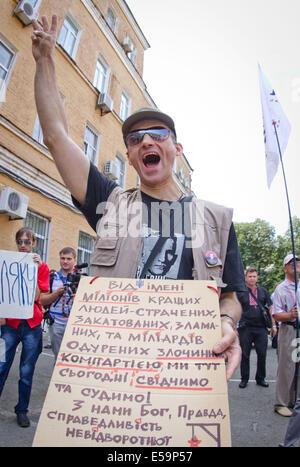Kiev, Ukraine. 24th July, 2014. JULY 24: Protester shouts anti-communist slogans in front of Kiev county administrative - Stock Photo
