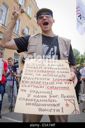 Kiev, Ukraine. 24th July, 2014. Protester shouts anti-communist slogans in front of Kiev county administrative court - Stock Photo