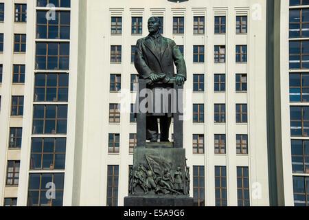 Lenin statue in front of the House of Representatives of Belarus on Nezalezhnasti Independence Square, Minsk, Belarus - Stock Photo