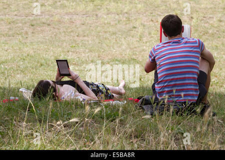 Wimbledon London UK. 26th July 2014. A couple read in the shade on another hot day on Wimbledon common Credit:  - Stock Photo