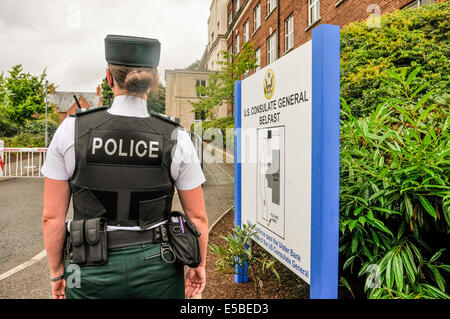 Belfast, Northern Ireland. 26 Jul 2014 - A female police officer guards the front of the U.S. Consulate General - Stock Photo
