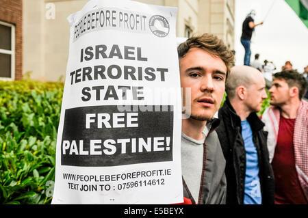 Belfast, Northern Ireland. 26 Jul 2014 - A man holds a poster saying 'Israel Terrorist State.  Free Palestine!' - Stock Photo