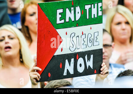 Belfast, Northern Ireland. 26 Jul 2014 - A protester holds up a poster saying 'End the seige now' at a pro-Gaza/anti - Stock Photo
