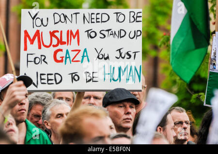 Belfast, Northern Ireland. 26 Jul 2014 - A protester holds up a poster saying 'You don't need to be a Muslim to - Stock Photo