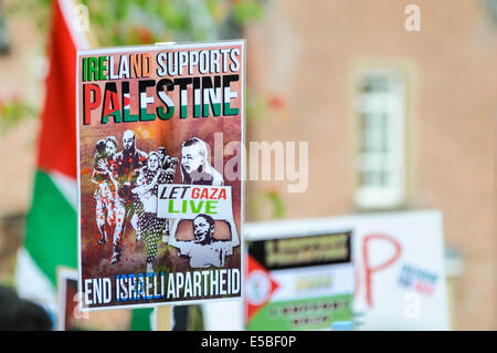 Belfast, Northern Ireland. 26 Jul 2014 - A protester holds up a poster saying 'Ireland supports Palestine. Let Gaza - Stock Photo