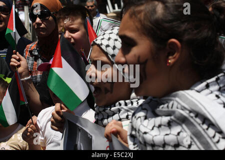 Nablus, West Bank, Palestinian Territory. 27th July, 2014. Palestinian children hold placard, one (R) reading ''Stop - Stock Photo