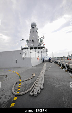 Belfast, Northern Ireland. 26/07/2014 - Main mooring rope laid out on the deck of Type 45 destroyer HMS Duncan, - Stock Photo