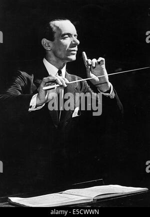 MALCOLM SARGENT (1895-1967) English conductor in 1946 - Stock Photo