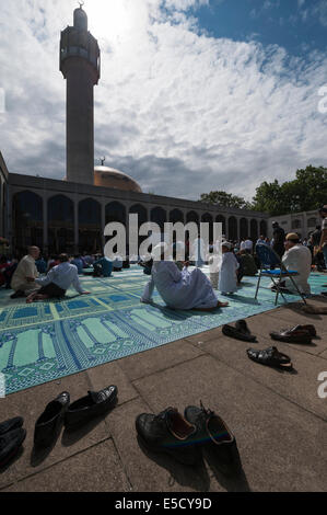 London Central Mosque, London, UK. 28th July 2014. Crowds of Muslim faithful gathered at Central London Mosque near - Stock Photo