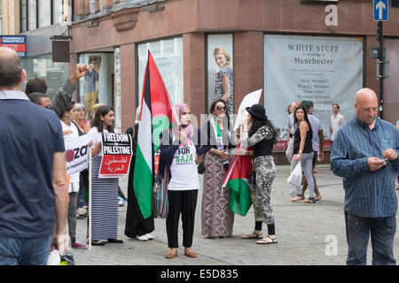Manchester, UK. 28th July, 2014. Supporters of Palestine and Israel stage counter-protests outside the Kedem Cosmetics - Stock Photo