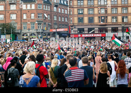 Copenhagen, Denmark. 28th July, 2014. Some 4 – 5000 people gather at Copenhagen town hall square this afternoon - Stock Photo