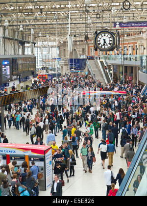 WATERLOO STATION Busy concourse crowds queues commuters visitors London Waterloo station London EC1 - Stock Photo