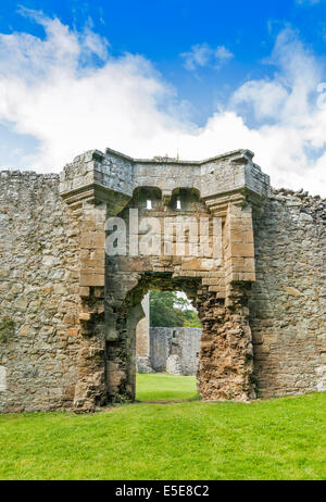 SPYNIE PALACE NEAR ELGIN MORAY A GATEWAY AND WALL - Stock Photo