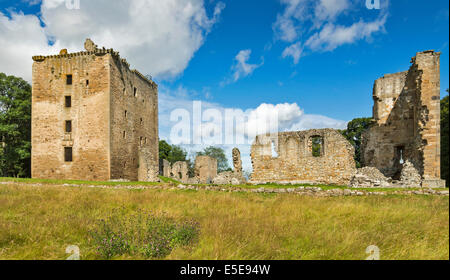 SPYNIE PALACE NEAR ELGIN MORAY THE MASSIVE DAVIDS TOWER WITH REMAINS OF THE GREAT HALL AND SMALLER TOWER - Stock Photo