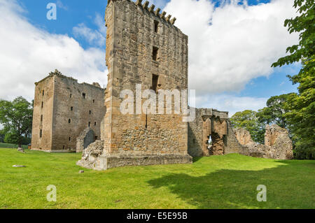 SPYNIE PALACE NEAR ELGIN MORAY THE WALL OF THE SMALLER TOWER AND GATEWAY WITH DAVIDS TOWER BEHIND - Stock Photo