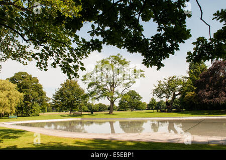 Beautiful peaceful Tettenhall paddling pool on Upper Green on a summer morning with trees in full leaf - Stock Photo