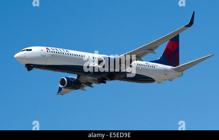 Los Angeles, California, USA. 23rd July, 2014. A Delta Airlines Boeing 737-932 ER takes off from LAX. --- Los Angeles - Stock Photo