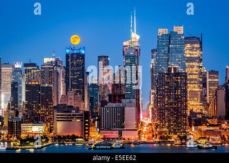 Super Moon rise above the midtown Manhattan skyline - Stock Photo