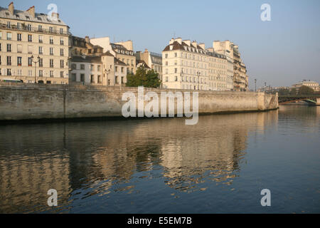 France, paris 4e, ile de la cite, quai aux fleurs, la seine, immeubles, - Stock Photo