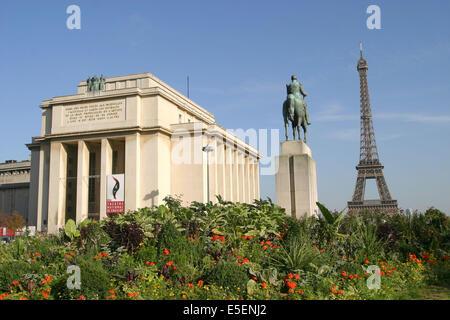 France, paris 16e, palais de chaillot, tour eiffel, place foch, statue equestre, jardin, place du trocadero et du - Stock Photo