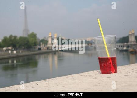 France, paris 8e -depuis le pont de la concorde, tour eiffel, verre paille grenadine, - Stock Photo