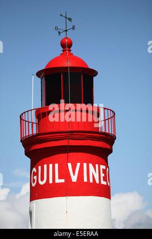 France, Bretagne, finistere sud, pays bigouden, le guilvinec, port de peche, phare d'entree, - Stock Photo