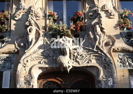 Detail of 29 avenue rapp paris art nouveau building by for Avenue jules dujardin 5