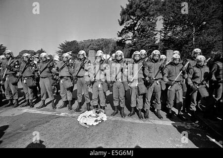 Anti-war protesters lay a funeral wreath at the foot of military police lined up to prevent the demonstrators from - Stock Photo
