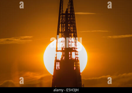London, UK. 31st July, 2014. Weather: Dramatic split sun during sunset behind The Shard Building in London Credit: - Stock Photo