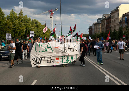 Copenhagen, Denmark. 31st July, 2014. Some 400 people demonstrates at the US embassy in Copenhagen, protesting against - Stock Photo