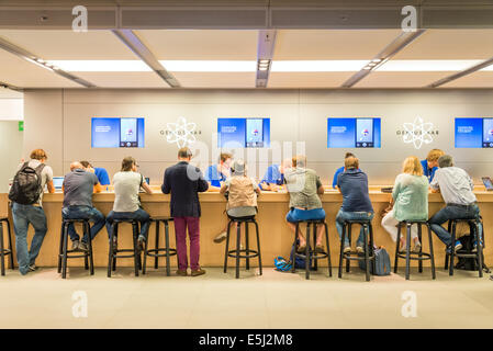 Customer support at the Genius Bar in the Apple Store, London, England, UK - Stock Photo