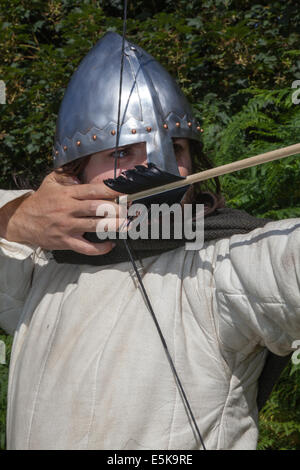 Archer taking aim at Beeston, Cheshire, UK 3rd August, 2014.  Mr Dominic Tucker an English longbow archer with a - Stock Photo